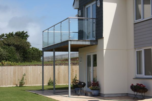 Balustrades railings gallery in steel blacksmiths for Steel balcony
